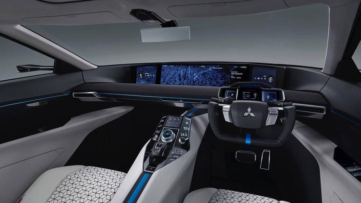 La planche de bord est recouverte presque entièrement d'un immense écran plat, affichant informations de conduite, multimédia, rétrovision, etc.