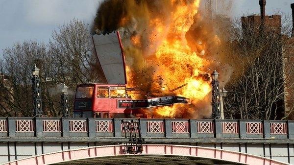 Explosion d'un bus à Londres: effets spéciaux pour peur bien réelle (vidéo)