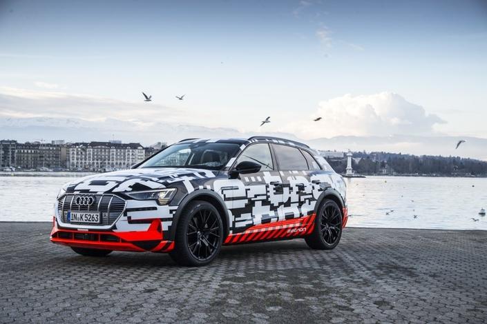 SUV, luxe et motorisation électrique: l'Audi e-tron Quattro, dont des modèles camouflés sillonnent les rues de Genève, synthétise les grandes tendances du salon 2018.