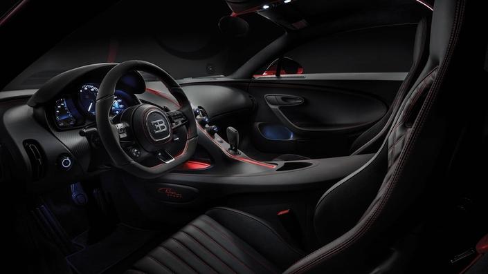 La Chiron Sport s'affiche à partir de 2,65 millions d'euros, tandis que le modèle exposé à Genève est tarifé à 2,98 millions d'euros.