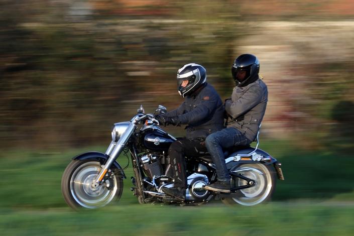Comparatif – Harley Davidson Fat Boy VS BMW R18 : deux visions du cruising S1-comparatif-harley-davidson-fat-boy-vs-bmw-r18-deux-visions-du-cruising-654023