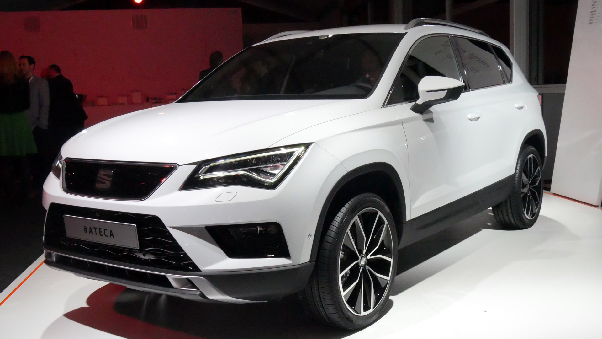 salon de gen ve 2016 seat ateca le suv qui a mang de la leon vid o. Black Bedroom Furniture Sets. Home Design Ideas