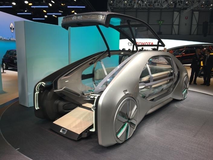 La Renault EZ-GO installe ses passagers sur ses flancs.