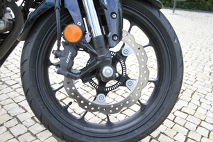 Le frein avant fait appel à un disque ø 296 mm, pincé par un étrier 4 pistons avec ABS
