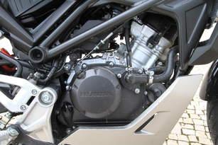 Dérivé du bloc de la CBR125R, le moteur développe environ 13 chevaux. Volontaire à bas régime, il n'émet aucune vibration.