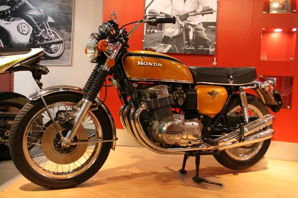 Entièrement restaurée, cette somptueuse Honda Four trônait dans la concession. Sa 1ère mise en circulation date du 19 juin 1974.