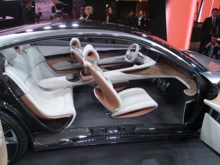 En pure étude de style, cette Hyundai adopte des portes à ouverture antagoniste pour bien montrer son habitacle.
