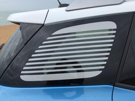 Parmi les particularismes de la C3 Aircross, cette vitre de custode en polycarbonate dont les stries évoquent celles du montant arrière de la DS (à droite).