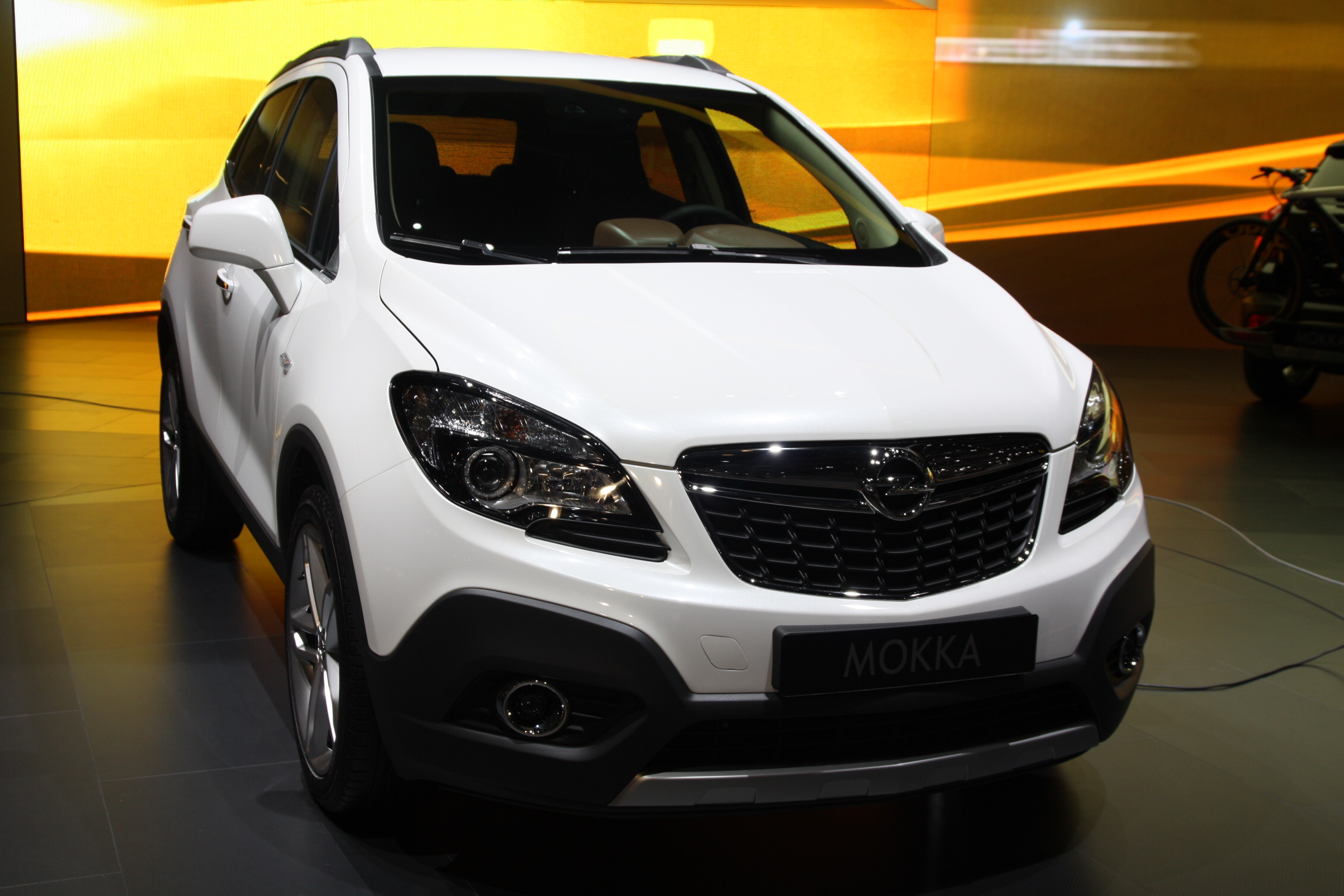 en direct de gen ve opel mokka en vid o premier suv compact de la marque. Black Bedroom Furniture Sets. Home Design Ideas