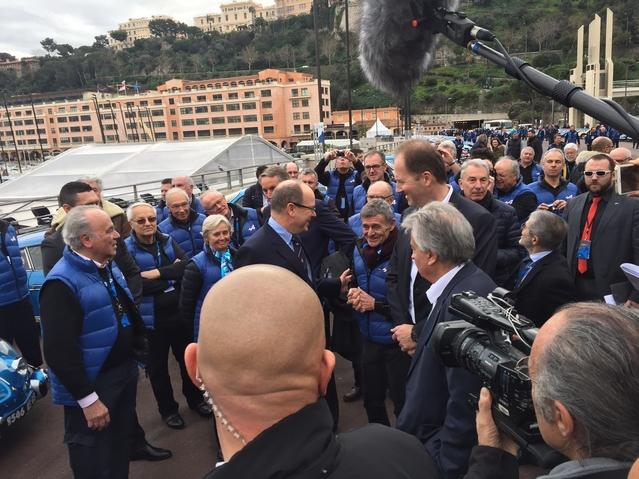 Port de Monaco, le 16 février. Bernard Darniche et d'autres anciens acteurs de l'épopée Alpine accueillent le Prince Albert, venu découvrir le concept Alpine Vision.