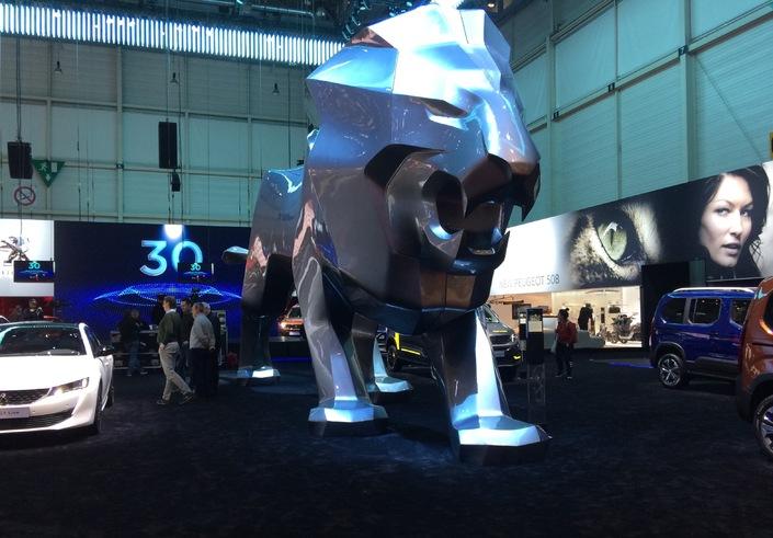 Peugeot est en forme et l'a symbolisé avec ce lion géant rugissant, prêt à se disputer la vedette à la nouvelle 508 !
