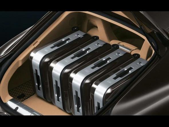 On ne donne qu'aux riches : une Porsche Panamera US achetée, un set de bagages gratuit