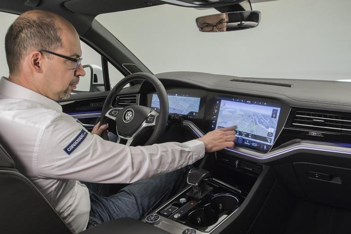 Avec une instrumentation de 12,3 pouces face au conducteur et un écran multimédia de 15 pouces; la nouveau Touareg frappe fort d'autant plus que l'ergonomie et la fluidité est excellente.