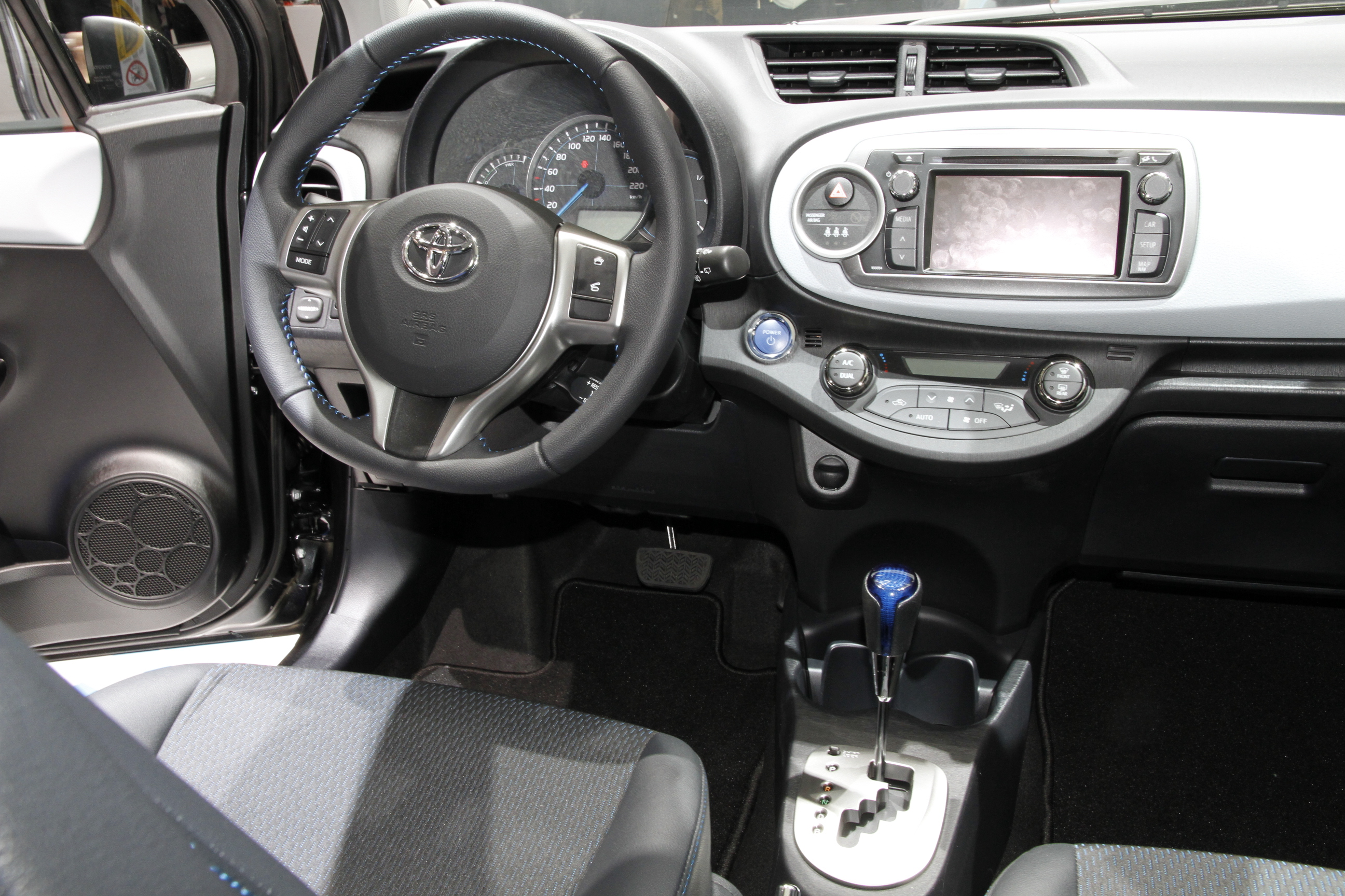 vid o en direct de gen ve toyota yaris hybride 100 ch 79 g et 16 500 euros. Black Bedroom Furniture Sets. Home Design Ideas