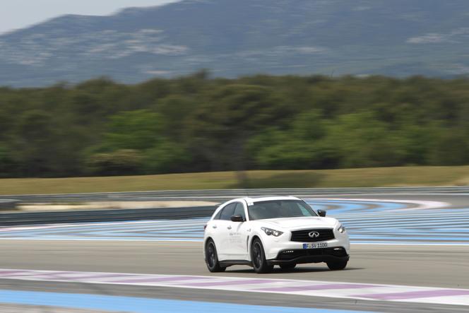 Sebastian Vettel, directeur de la performance, évalue la gamme Infiniti sur le Paul Ricard
