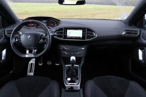 Un poste de conduite toujours aussi original à bord de la 308, mis à part quelques détails spécifiques de la version GTi.