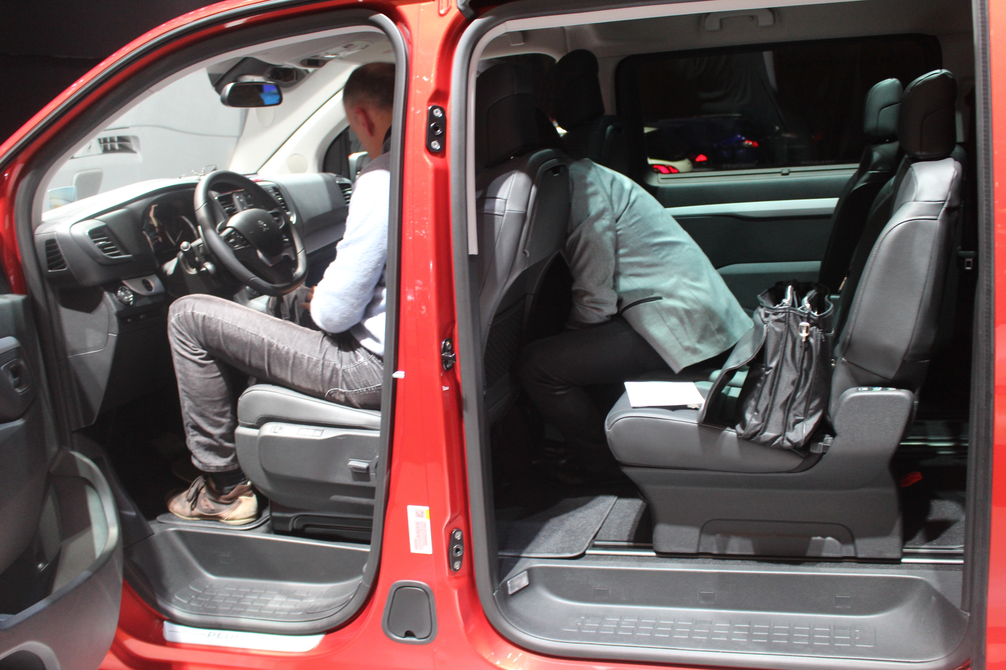 Peugeot traveller trois versions en direct du salon de for Peugeot traveller interieur