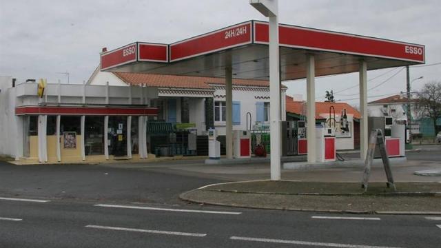 Esso vend ses dernières stations, Total prévoit des restructurations