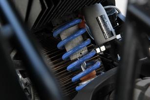 La suspension arrière fait appel à un amortisseur à bonbonne de gaz séparée. Réglable, il encaisse parfaitement les chocs.