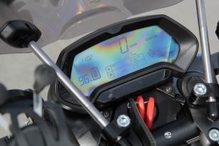 Le tableau entièrement digital affiche toutes les informations utiles (témoin de batterie, vitesse, totalisateurs kilométriques). Il se veut particulièrement lisible.