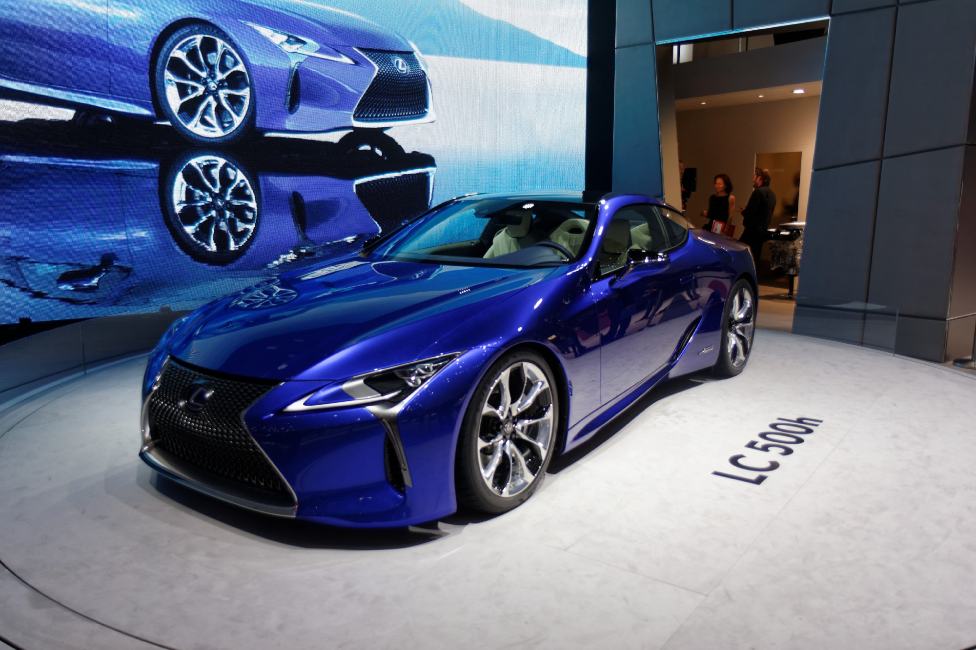 lexus lc500h l 39 hybride dynamique vid o en direct du salon de gen ve. Black Bedroom Furniture Sets. Home Design Ideas