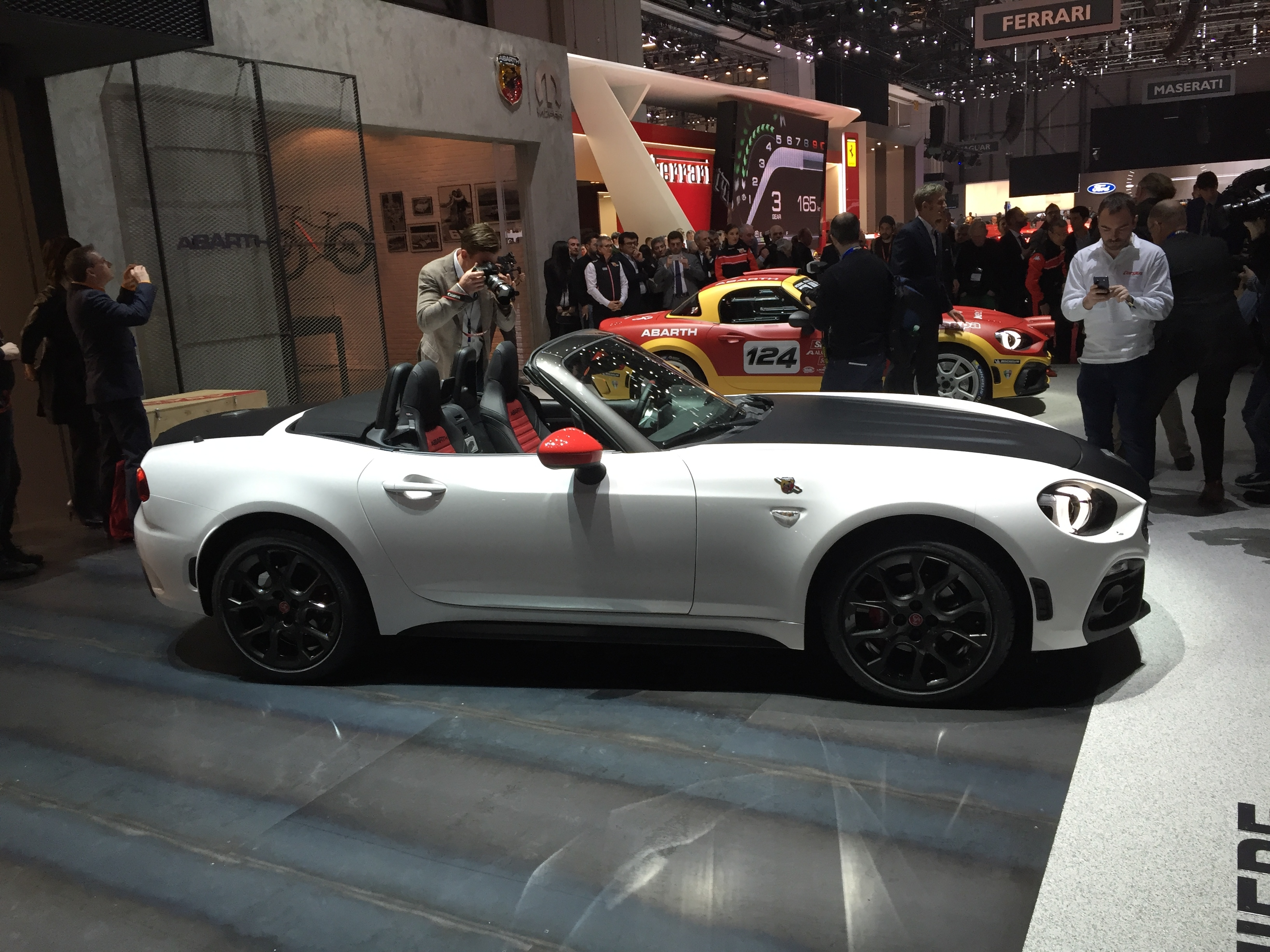 abarth 124 spider d coiffante vid o en direct du salon de gen ve 2016. Black Bedroom Furniture Sets. Home Design Ideas