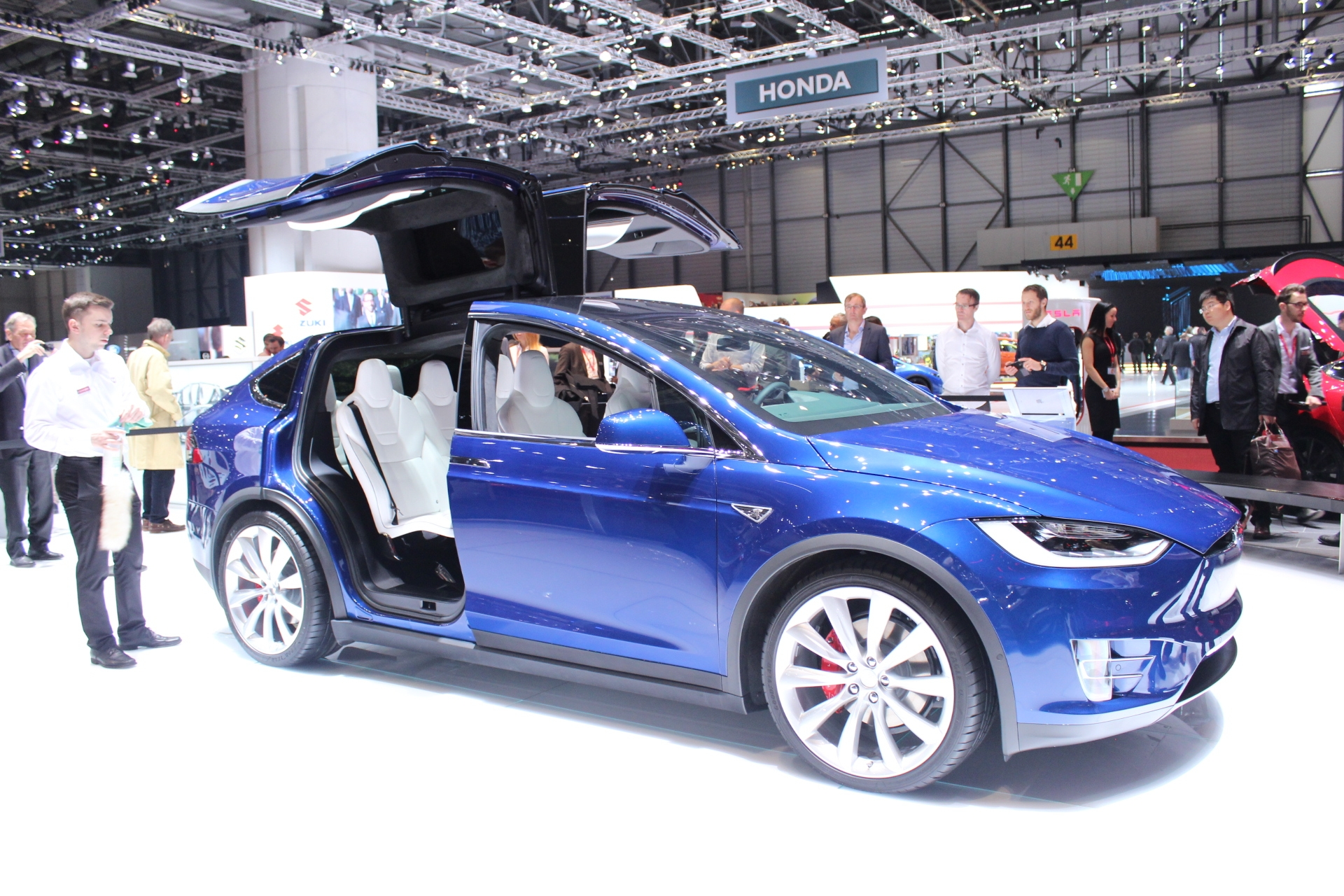 tesla model x tesla vous donne des ailes vid o en direct du salon de gen ve. Black Bedroom Furniture Sets. Home Design Ideas