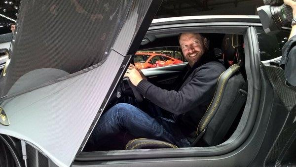 Dan Greenawalt, directeur artistique et porte parole de Forza, installé dans la Lamborghini Centenario à Genève