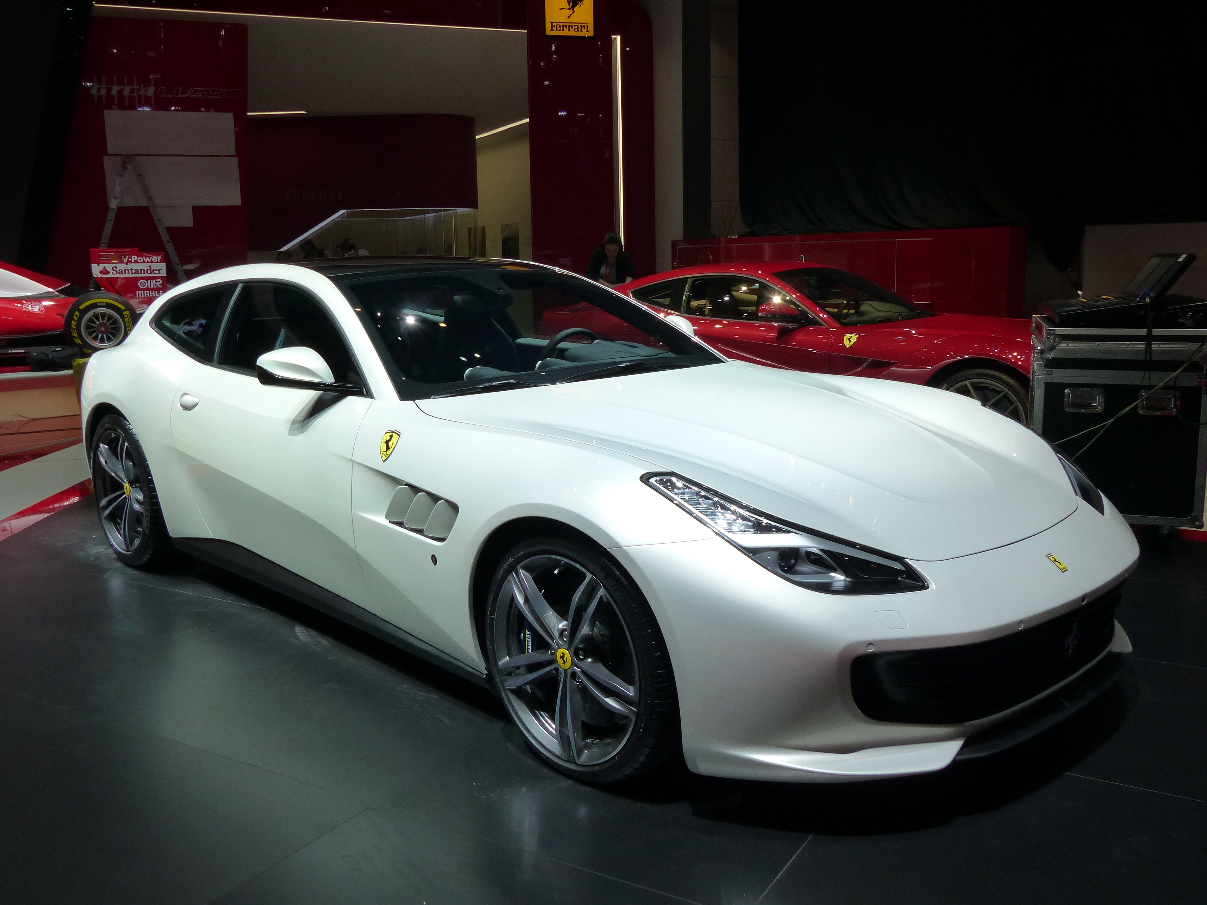 ferrari gtc4 lusso la nouvelle familiale de maranello vid o en direct du salon de gen ve. Black Bedroom Furniture Sets. Home Design Ideas