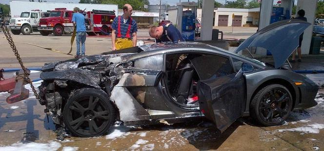 Une Lamborghini Gallardo prend feu à l'arrêt