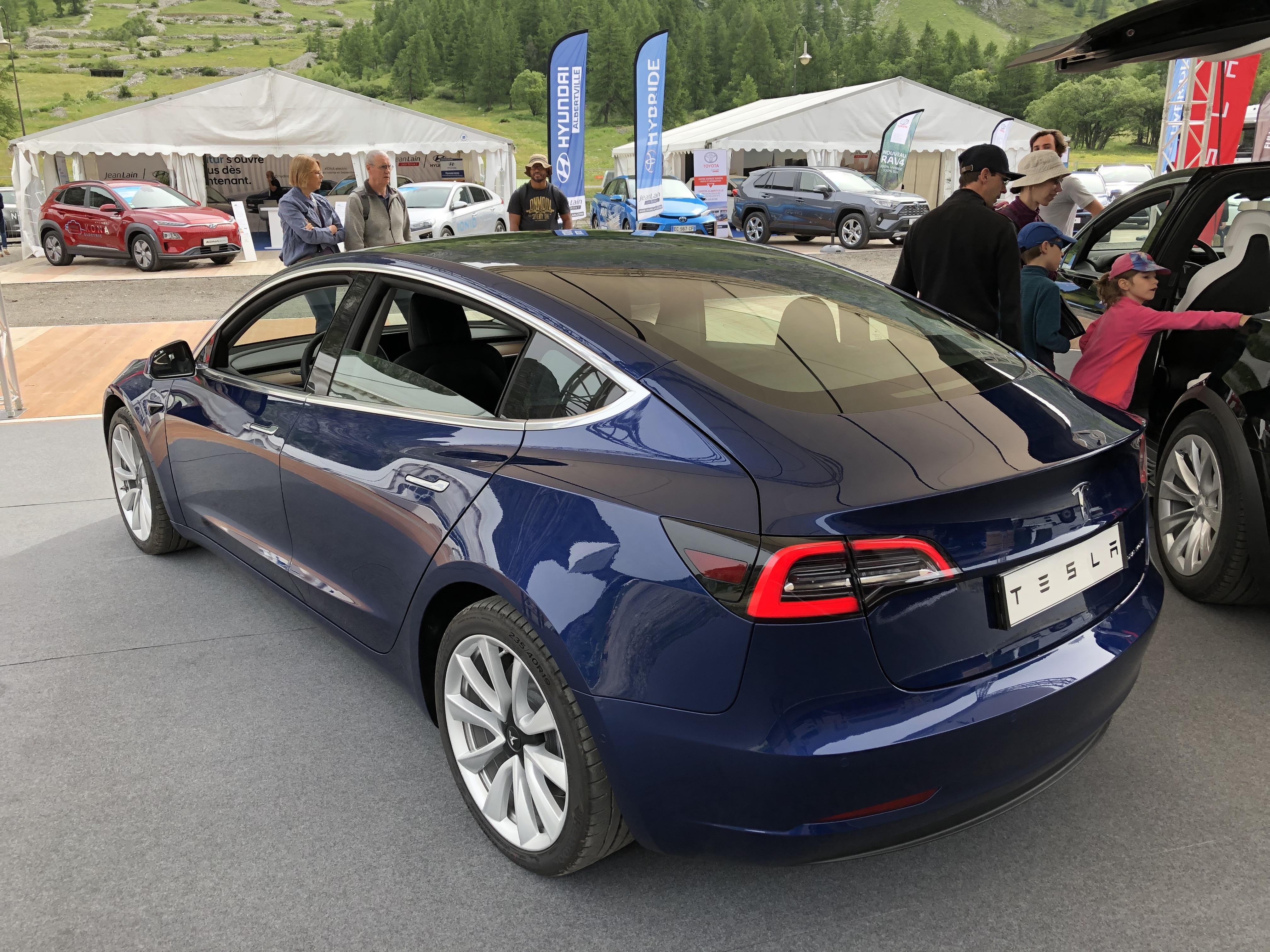 Tesla Model 3 : la star - Vidéo en direct du Salon de Val ...