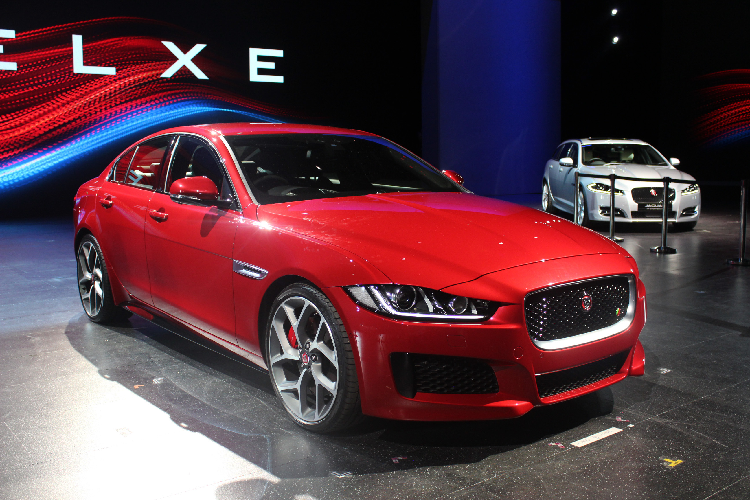 vid o jaguar xe caradisiac tait londres pour la pr sentation officielle. Black Bedroom Furniture Sets. Home Design Ideas