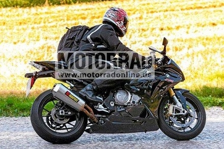 Nouveauté - BMW: un motard essaie de cacher la dernière S 1000RR sous lui