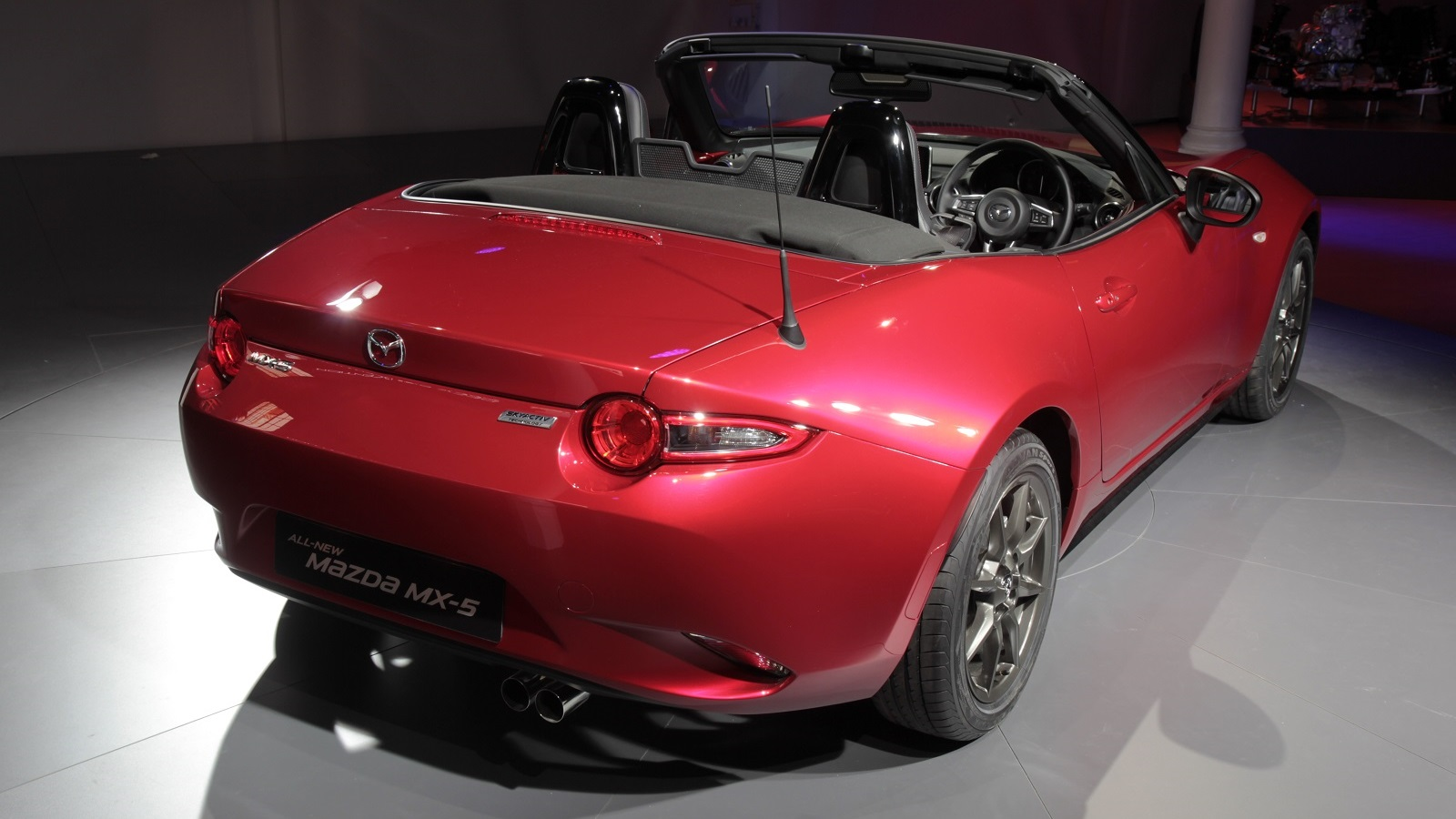 nouvelle mazda mx 5 caradisiac tait la pr sentation en premi re mondiale barcelone. Black Bedroom Furniture Sets. Home Design Ideas