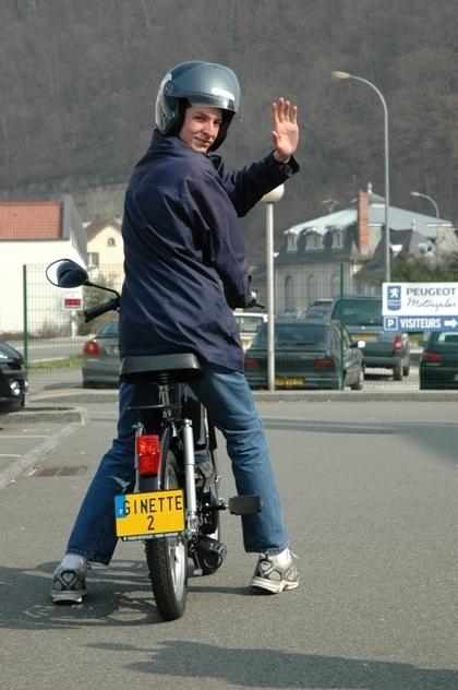 """Ginette : Peugeot-Motocycles console l'étudiant après le vol de sa mob en lui offrant un """"Vogue"""""""