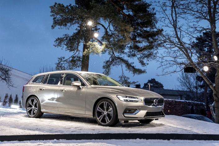 Volvo est logique : il a mis l'accent sur les SUV, très demandés. Mais il n'oublie pas que le break a fait son succès et vient de dévoilerle V60. La présentation s'est déroulée dans l'allée d'une maison suédoise !