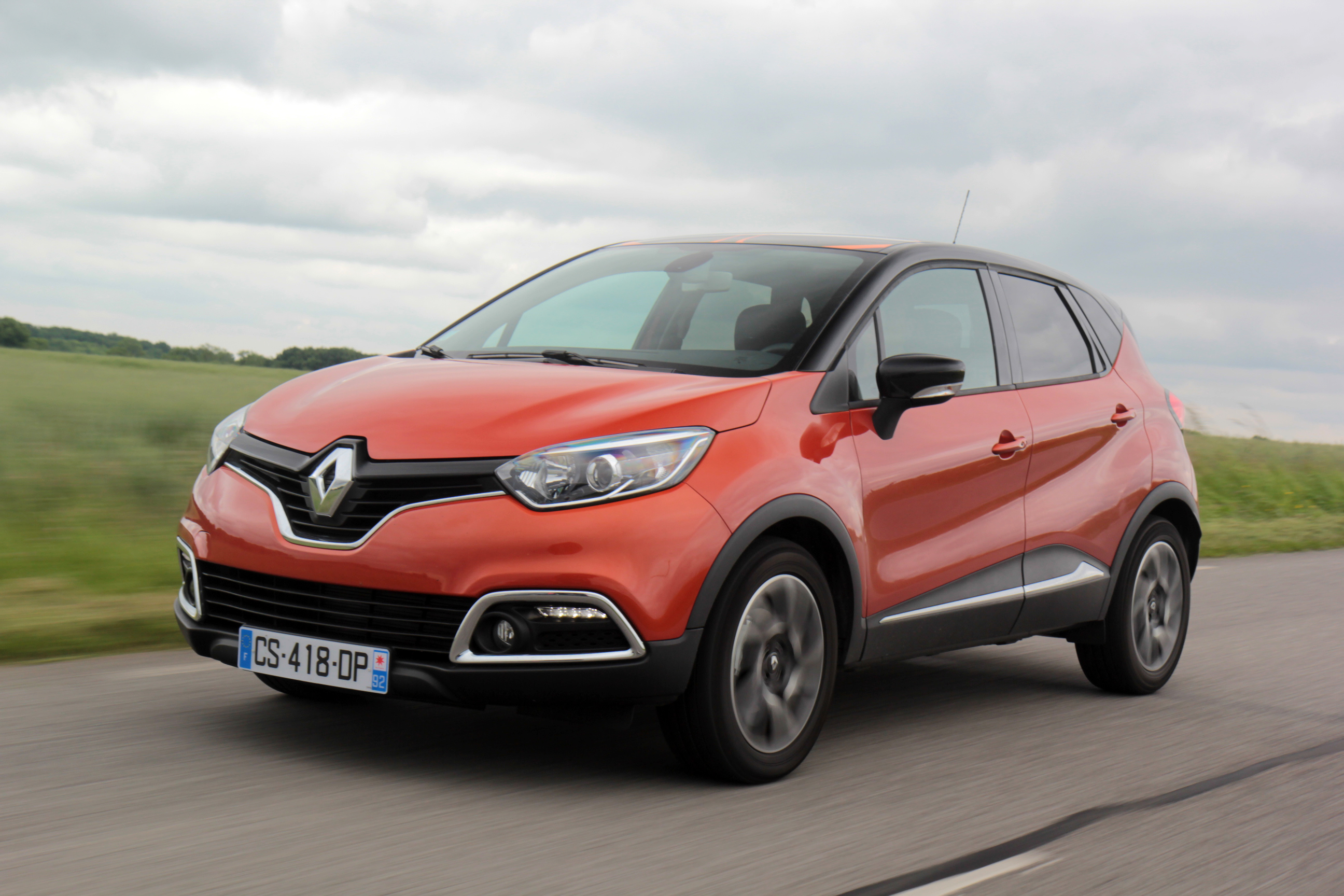 comparatif vid o renault captur vs peugeot 2008 coup de griffe sur le captur. Black Bedroom Furniture Sets. Home Design Ideas