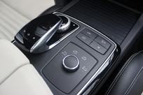 Gestion des modes de conduite, Touchpad et molette multimédia sont regroupés entre les sièges.