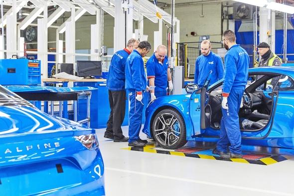Pour des raisons historiques, symboliques et industrielles, l'Alpine ne pouvait être fabriquée qu'à Dieppe. Il en allait de même pour la Bugatti Chiron, à Molsheim.