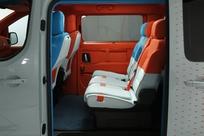 Les sièges sont tous dans les tons orange-bleu-blanc, mais différents.