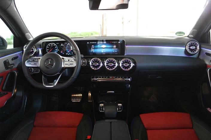 Le cockpit totalement revisité s'articule autour de deux grandes tablettes.