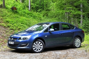 L'alternative en occasion : L'Opel Astra 4 portes.