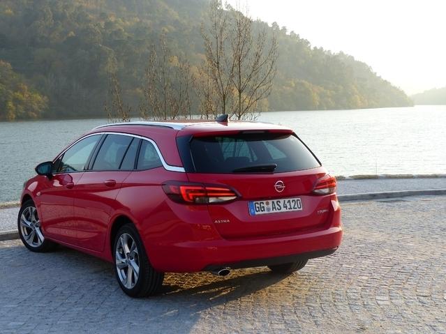 L'Opel Astra Tourer arrive en concession : la voiture de l'année enfile le sac à dos