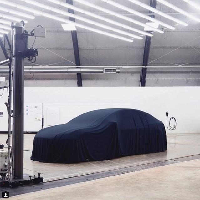 Sous le voile, la Tesla Model 3