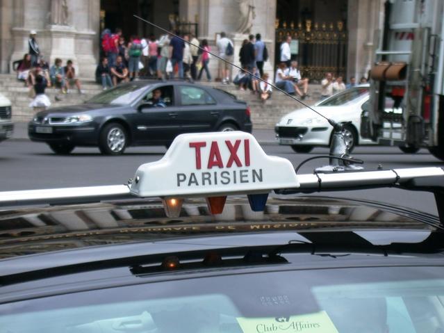 Conflit taxis-VTC: l'Etat s'engage à racheter les licences