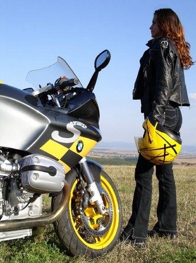 Moto & Sexy : Une BMW et derrière un autre horizon