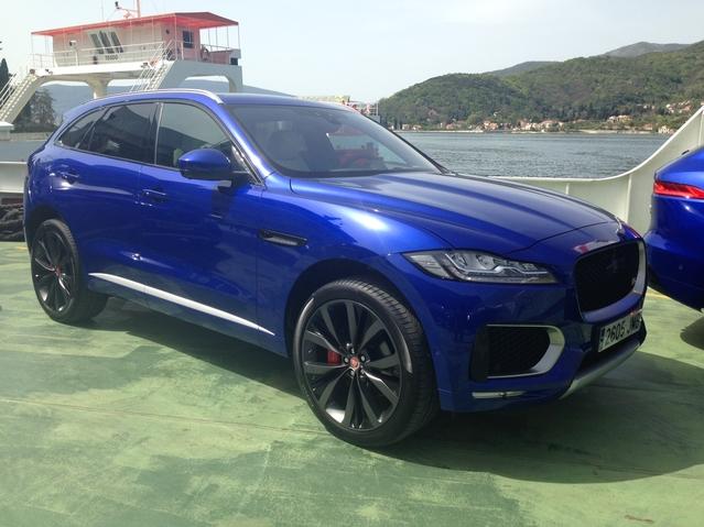 Image étonnante ! C'est par bateau que les Jaguar F Pace ont été acheminées sur les rives du Montenegro, prêtes à être testées par les journalistes.