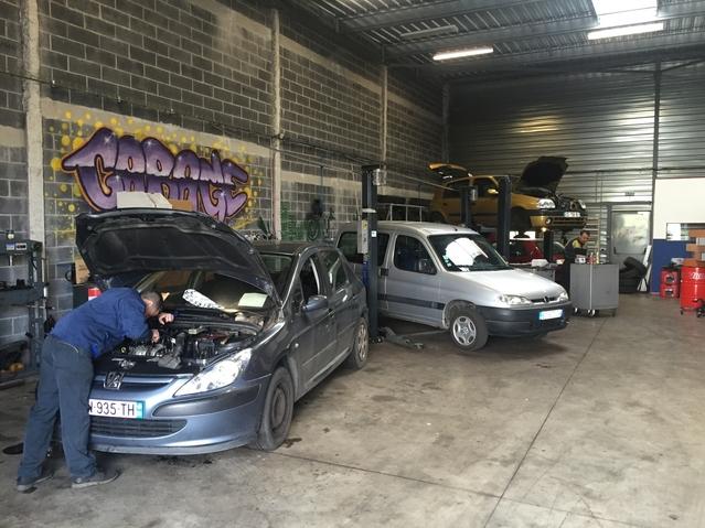 Les garages solidaires sont outillés pour répondre aux problèmes mécaniques courants. Ici le garage du Hainaut, à Denain (59).