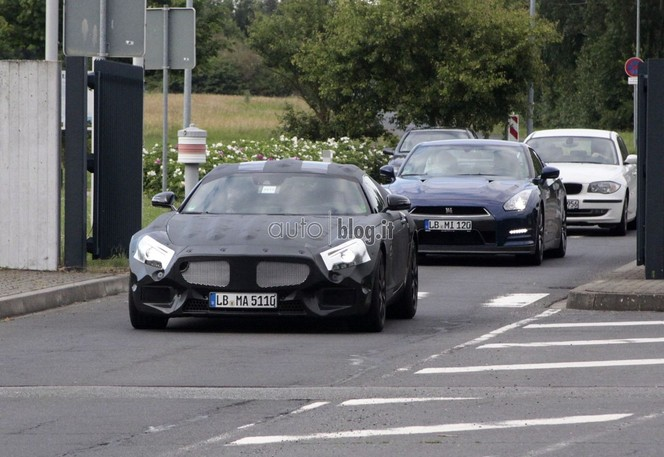Surprise : le futur Mercedes SLC en test avec la Nissan GT-R
