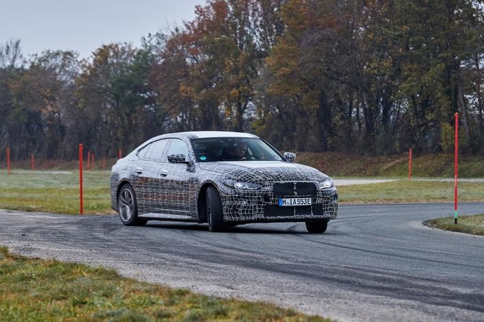 BMWannonce la puissance et l'autonomie de l'i4